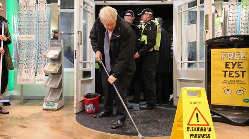 Photo of Boris Johnson fait le buzz… en passant la serpillière (Vidéo)