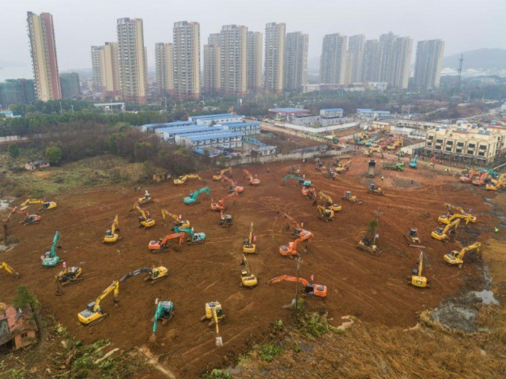 Le coronavirus laisse Wuhan un «zombieland» avec des gens qui s'effondrent dans les rues et des médecins qui patrouillent dans des combinaisons dangereuses
